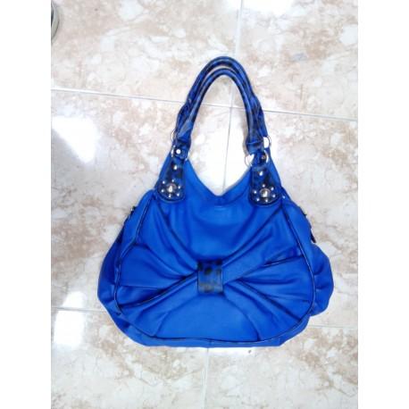 Bolso azul cobalto.