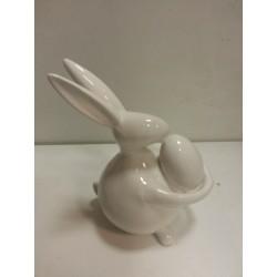 figura conejo de pascua con huevo.