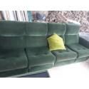 Sofá verde clásico.