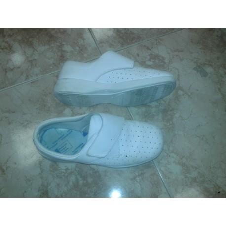 Zapato sanitario blanco.