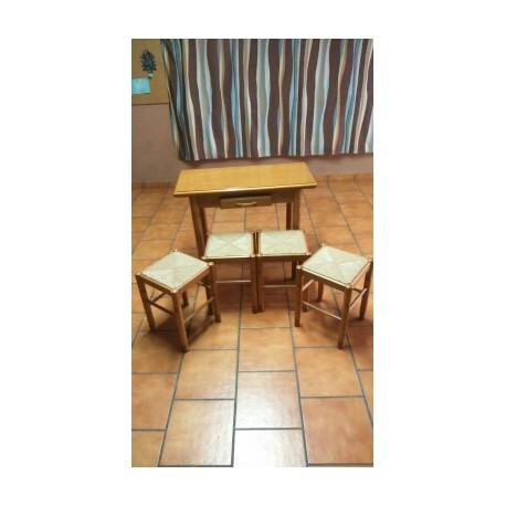 Mesa cocina y banquetas.