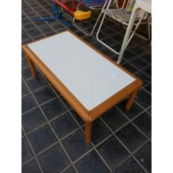 Mesa de centro rectangular.