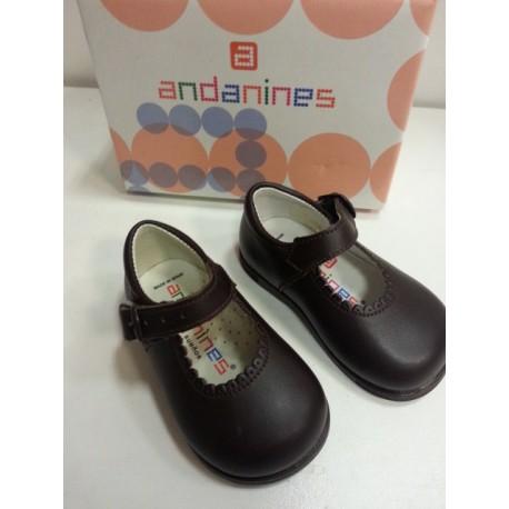 Zapatos infantiles marrones.