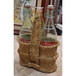 Botellero esparto con 2 botellas gaseosa vintage.